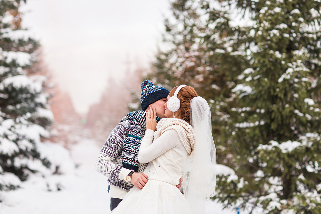 Songfinch-bride-groom-winter-wedding-trends